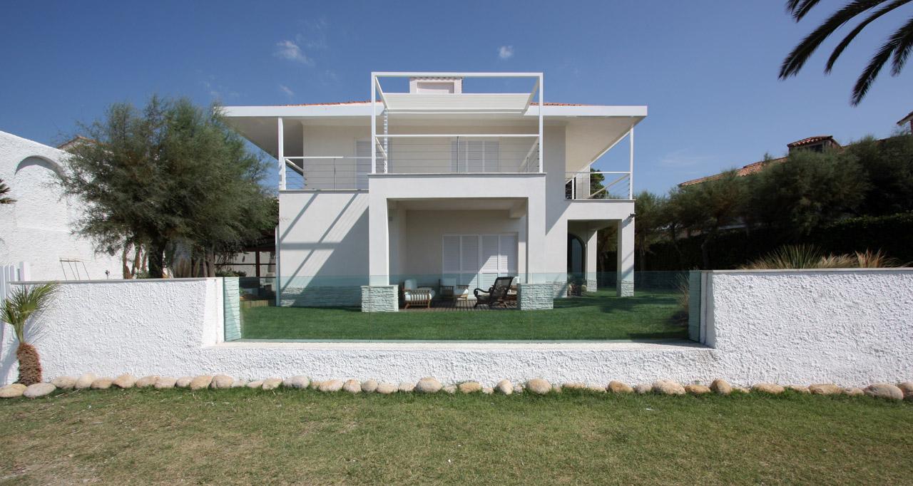 Villa unifamiliare sulla costa laziale roma 2008 09 for Architettura ville moderne